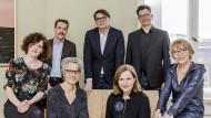 Sieben Leser, eine Aufgabe: Christine Lötscher (l.), Paul Jandl, Marianne Sax, Christoph Bartmann, Tanja Graf, Uwe Kalkowski und Luzia Braun bilden die Jury des Deutschen Buchpreises 2018.