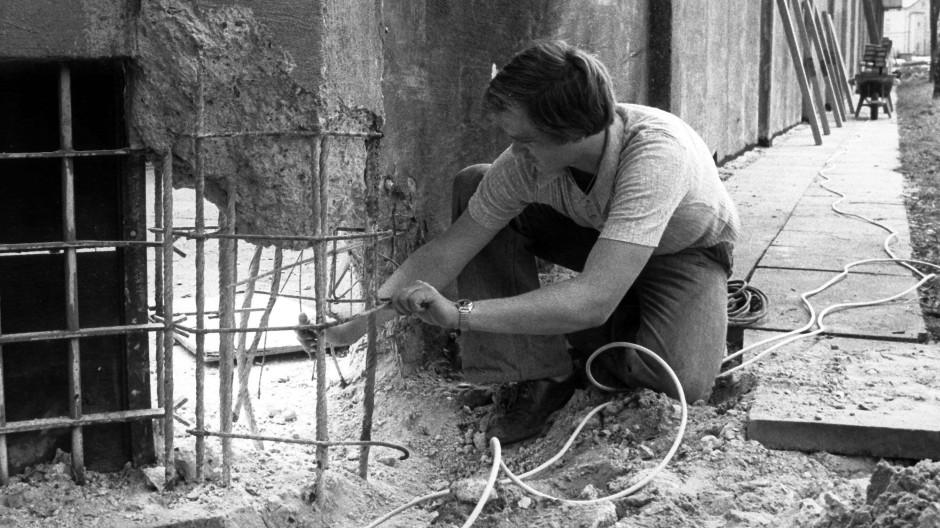 """Tatort-Besichtigung am """"Celler Loch"""", wo das RAF-Mitglied Sigurd Debus einsaß. Technische Hilfe bei der Sprengung leistete die Anti-Terror-Einheit GSG9. Eine einzigartige Affäre nahm ihren Lauf."""
