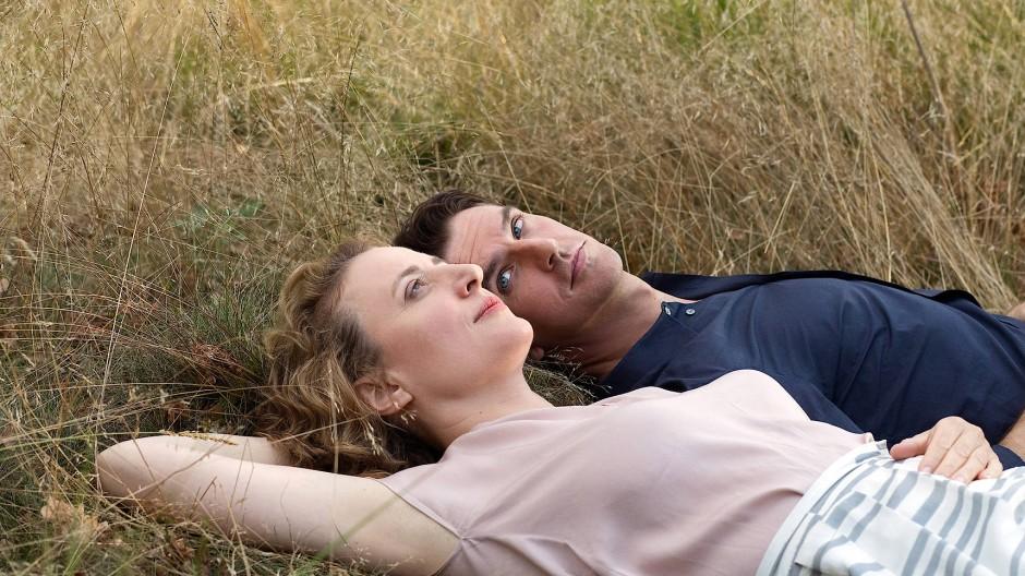 """Mit einem Silbernen Bären ausgezeichnet: Maren Eggert mit Dan Stevens in einer Szene aus Maria Schraders Film """"Ich bin dein Mensch"""""""