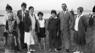 Das Foto zeigt (von links) Monika, Golo, Katia, Michael, Elisabeth und Thomas Mann mit Katias Cousine Ilse Dernburg 1930 in Nidden auf der Kurischen Nehrung. Rätselhaft ist, wer das sitzende Mädchen ist – und wo Erika und Klaus steckten.