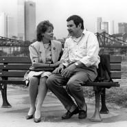 """Gerne wurde er als sensibler Sonderling besetzt: Gerd Baltus und Loni von Friedl bei Dreharbeiten zur ZDF-Serie """"Oh Gott, Herr Pfarrer"""" 1989 in Frankfurt."""