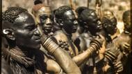 """Man tut George Rodger kaum Unrecht, wenn man ihn als Draufgänger bezeichnet. Den ganzen Zweiten Weltkrieg über war er als Bildreporter unterwegs, doch die Befreiung des Konzentrationslagers Bergen-Belsen führte ihn am 15. April 1945 an die Grenze dessen, was er ertragen konnte. Es war im Anschluss an dieses traumatische Erlebnis, schreibt nun """"Magnum""""-Fotograf Chris Steele-Perkins, dass Rodger eine Reise nach Afrika antrat – auf der Suche nach einem """"zweiten Eden""""."""