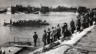 Als die Margaretenbrücke (hinten) in Trümmern lag, brachten Fähren die Ungarn in Budapest über die Donau.