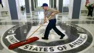 Dass man sich drin spiegeln kann: Bei der CIA wird im Hauptquartier in Langley von Hand aufgewischt. Im Internet hat gerade Wikileaks beim Geheimdienst durchgefegt.