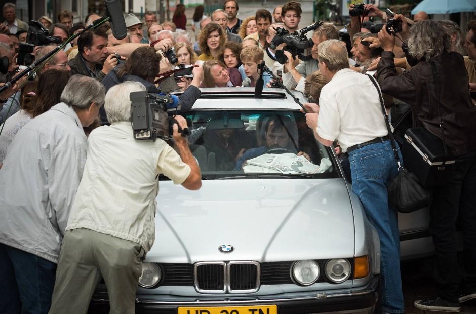 Wie im Rausch: Die Presse umringt das Fluchtauto in der Kölner Innenstadt.