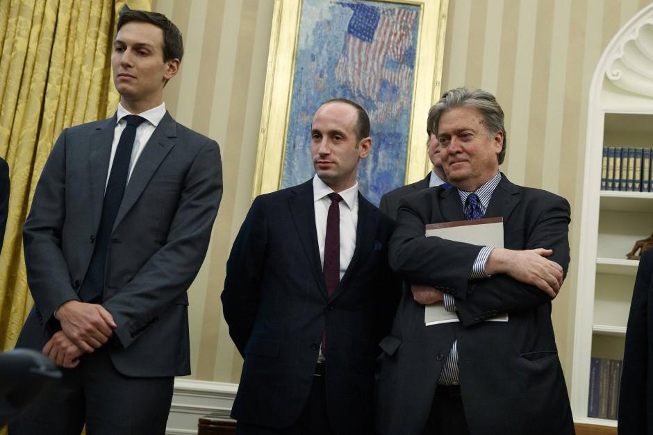 Die beratenden Männer im Hintergrund: Schwiegersohn Jared Kushner, Stephen Miller und Steve Bannon.