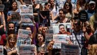 Erst klagt Erdogans Justiz Journalisten an, dann setzt sie Aktivisten fest, die die freie Presse unterstützen: Demonstration gegen die Verhaftung von Erol Önderoglu, Ahmet Nesin und Sebnem Korur Financi.