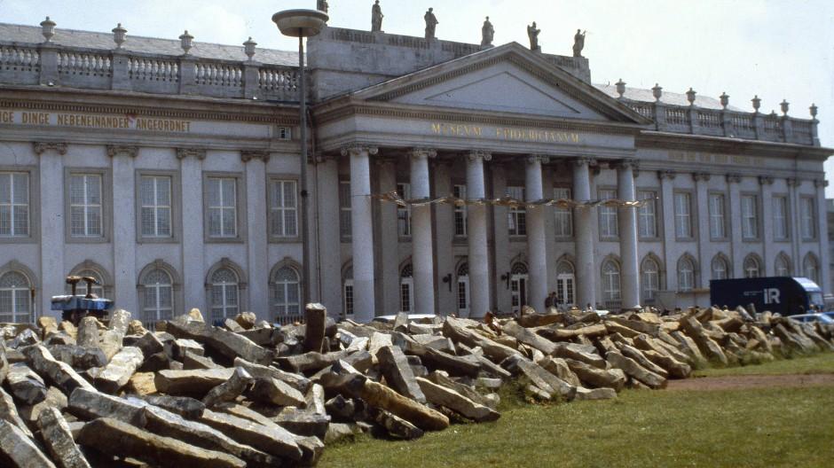 """Eine Sternstunde der Documenta: 1982 ließ Joseph Beuys Basaltblöcke für sein Projekt """"7000 Eichen"""" vor dem Kasseler Fridericianum abladen"""
