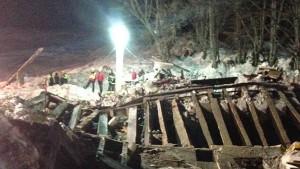 Katastrophenhelfer bergen übrige Vermisste tot aus verschüttetem Hotel