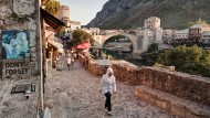 Neubeginn samt Warnung wider das Vergessen: die im Krieg zerstörte und dann wieder errichtete Brücke von Mostar.