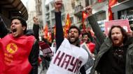 """""""Hayır"""" bedeutet """"nein"""" und ist in der Türkei zu einem Wort mit Gewaltpotential geworden: Wer gegen das anstehende Referendum protestiert, muss befürchten als """"Terrorist"""" behandelt zu werden."""