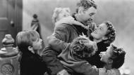"""Es ist enorm: In Frank Capras Weihnachtsfilm-Klassiker """"Ist das Leben nicht schön?"""" kann nichts die familiäre Harmonie zum Fest verhindern."""