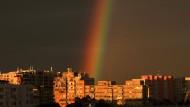 Hat die Uefa das erlaubt? Regenbogen in Bukarest.