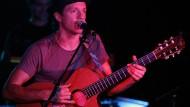 """Jason Mraz bei einem Auftritt seiner """"We Sing, We Dance, We Steal Things""""-Tour."""