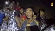 Dieses Foto zeigt die Jugendlichen kurz nach ihrer Entdeckung in der Höhle.