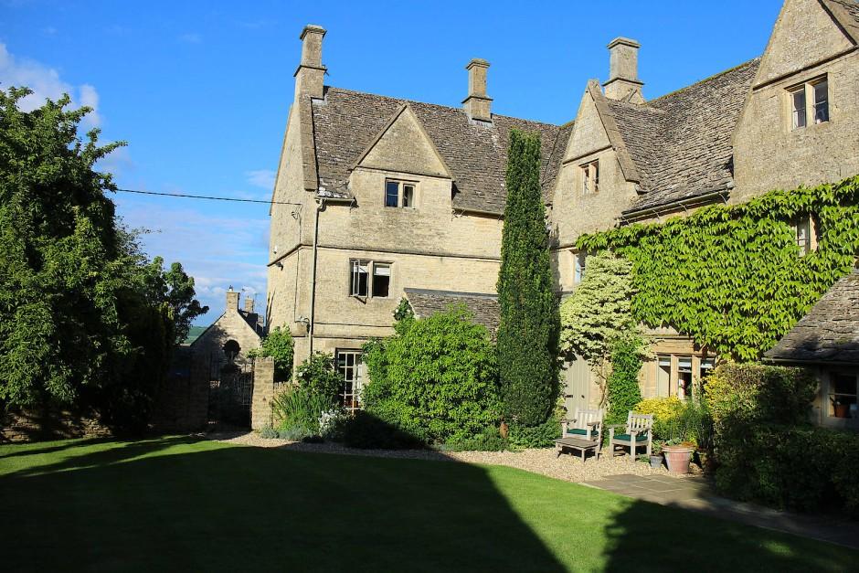 Der Eingang in ein Tudor-Haus aus dem 16. Jahrhundert führt immer nach rechts, nicht nach links.
