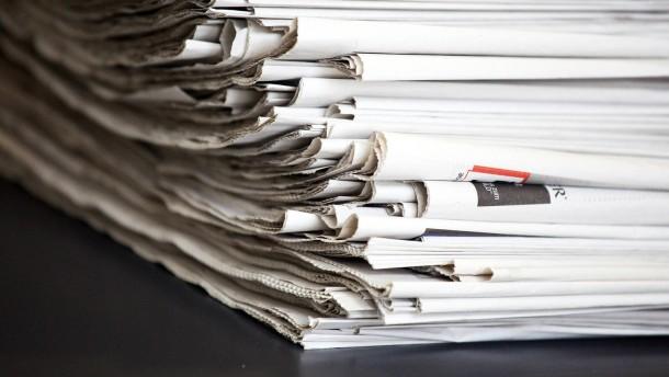 Tageszeitung - Verschiedene deutsche Tageszeitungen liegen auf einem Stapel.