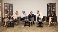 Michel Houellebecq (vierter von links), neben ihm der Moderator Juergen Boos auf einer Diskussionsveranstaltung in Tiflis