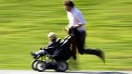 Im Eiltempo durch zwei Monate Elternzeit und dann schnell wieder ins Büro: So planen derzeit die meisten Väter.
