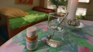 """""""Dignitas""""-Zimmer in Zürich: Das Betäubungsmittel Natrium-Pentobarbital und ein Glas Wasser stehen bereit."""