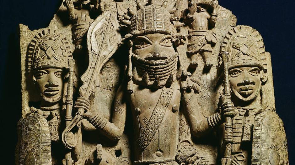 Kriegshäuptling mit Soldaten und Musikanten: Bronzerelief aus dem Königspalast von Benin, heute im British Museum in London