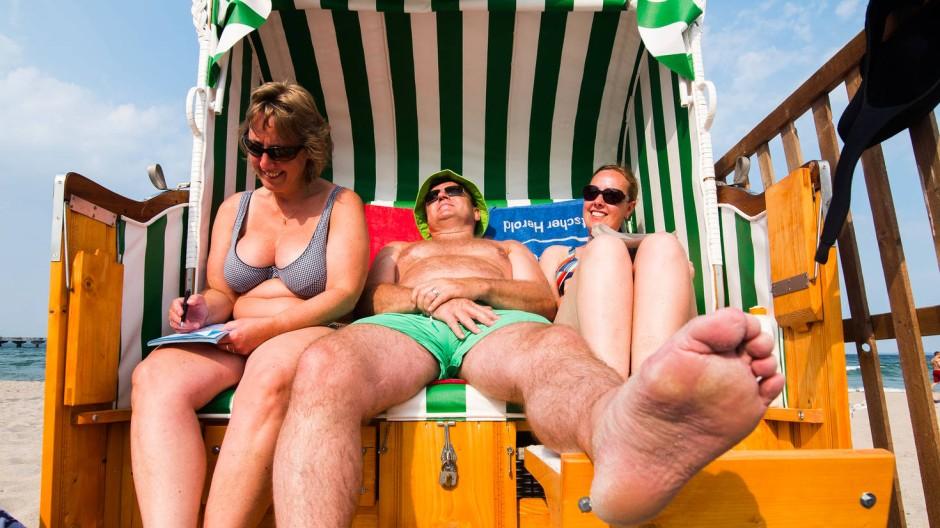 Auch bei Reisen an den Timmendorfer Strand empfiehlt es sich, die Beine hochzulegen