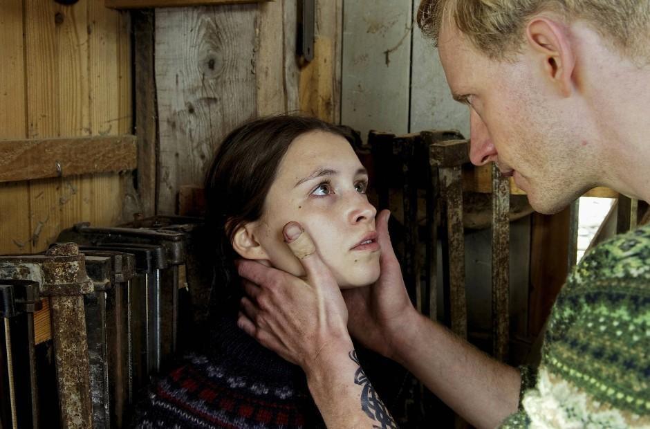 Verkappte Drohung: Torsten (David Zimmerschied) hält die junge Mechthild (Janina Fautz) zum Schweigen an.