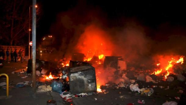 Bewohner stecken Müllberge in Brand