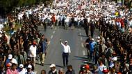 Junge und Alte, Kemalisten, AKP-Wähler, Arbeiter, Akademiker, Kurden, Fußballfans, Frauenrechtlerinnen und Atomkraftgegner gehen mit ihm: Kemal Kılıçdaroğlu am 24. Tag seines Protestmarschs.