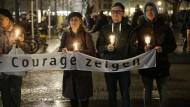 """Stiller Protest: Menschen halten Kerzen und Banner hoch, um ein Zeichen gegen Legida zu setzen. """"Wir lassen uns nicht einschüchtern"""", sagt MDR-Intendenatin Karola Wille nach dem Angriff auf eine Reporterin."""