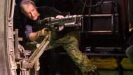 """James Cameron behält bei seinen Filmen gern alles selbst in der Hand, so auch hier 2009 auf dem Set zu """"Avatar""""."""