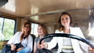 Auf großer Fahrt: Claudia Eisinger als Kristin, Gro Swantje Kohlhof als Philomena und Karin Hanczewski als Laura (von links nach rechts).