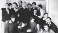 """Eine Sekte oder eine Elite kulturbeflissener Männer, die sich einem """"pädagogischen Eros"""" verpflichtet sahen? Der dem George-Kreis nachgebildete Klub um Wolfgang Frommel (Dritter von links oben) in den 50er Jahren"""