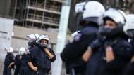 Zwischen den Fronten: Polizisten halten zwei Demonstrationen in Köln voneinander getrennt.