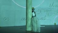 Wie einst Lili Marleen: Samuel Simon als sehnsuchtsvoller Estragon am Schauspiel Frankfurt