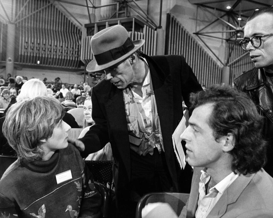 Im November 1982 bei der Bundeskonferenz der Grünen in Hagen: Beuys begrüßt Petra Kelly.