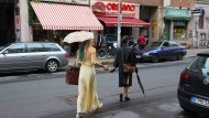 Spaziergänger auf der Oranienstraße in Berlin: Wem gehören diese Rücken?