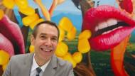 Der Künstler, der immer lächelt: Hier posiert Jeff Koons mit einem seiner bonbonbunten Werke anlässlich der Ausstellungen im Jahr 2012 in Frankfurt am Main.