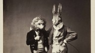 Auf einem Märchenball posiert der Bildhauer Oehlmann 1862 in München mit einem Freund als Hause und Igel.