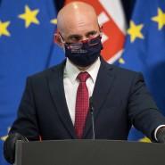 Branislav Gröhling, Minister für Bildung, Wissenschaft, Forschung und Sport der Slowakei, spricht mit Mundschutz bei einer Pressekonferenz.