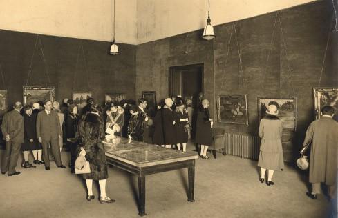 Eröffnung der Gauguin-Ausstellung in der Galerie Thannhauser 1928, der Kunsthändler selbst links im Bild