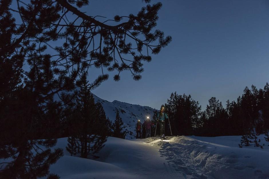 Schneeschuhwandern ist zu jeder Tageszeit schweißtreibend.