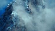 """Manchmal, heißt es bei Carrisi, sei der Nebel """"so dicht, dass er die gesamte Schöpfung ausgelöscht zu haben schien"""": Wetterstimmung in den italienischen Alpen."""