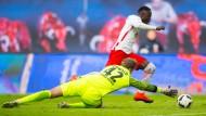 Was hat das mit Geld zu tun? Naby Keita von RB Leipzig überwindet den Bremer Torwart Felix Wiedwald beim Bundesligaspiel am 23. Oktober in Leipzig.