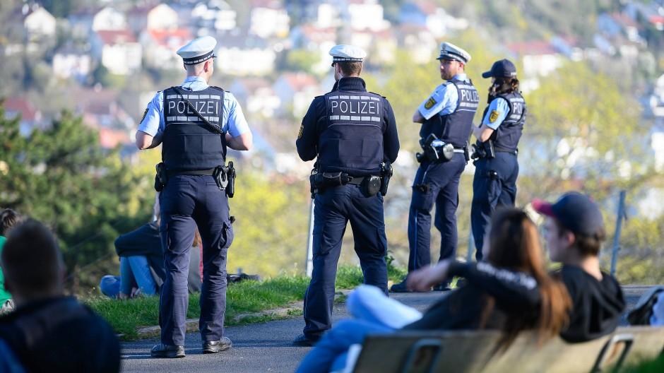Polizeibeamte kontrollieren auf der Karlshöhe, einem beliebten Park im Süden Stuttgarts, die Einhaltung der Vorschriften zur Eindämmung des Coronavirus.