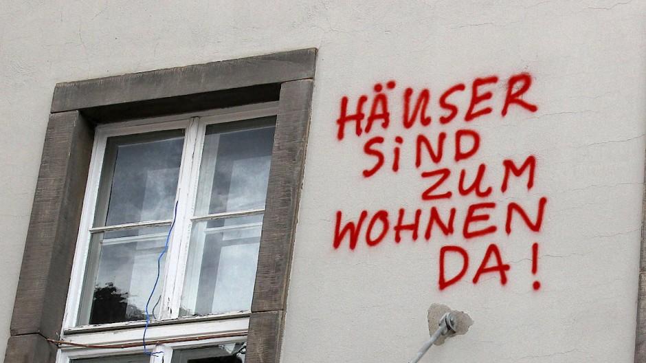 Graffiti-Schriftzug an der Fassade eines ehemaligen Studentenwohnheims in Göttingen