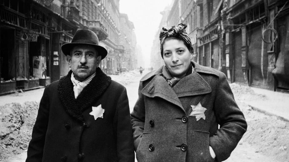 Die Verfolgung und Ermordung der Juden waren aus Poliakovs Sicht ein Ereignis, das die gesamte deutsche Gesellschaft betraf: jüdisches Ehepaar 1942 im Warschauer Ghetto.