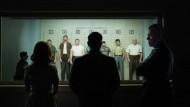 Erkennen Sie den Mann? Margaret (Julianne Moore) und Gardner (Matt Damon) sollen für Polizeichef Hightower (Jack Conley, rechts) die Verbrecher identifizieren.