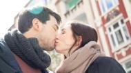 Küssendes Paar in Hamburg. Nicht zu erkennen: die beteiligten 80 Millionen Bakterien.