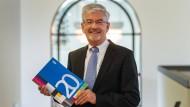 Der Kef-Vorsitzende Heinz Fischer-Heidlberger mit dem Bericht der Kommission an diesem Mittwoch in Mainz